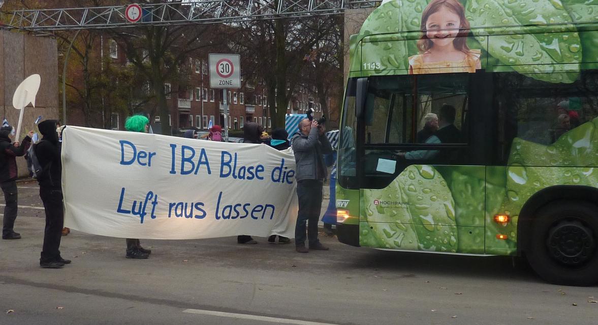 IBA Bus durch Wilhelmsburg blockiert