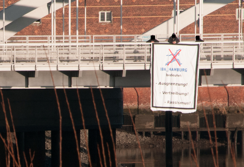 Transparent mit IBA Kritik an der Öffnung des Zollzauns mit OLaf Scholz in Hamburg Wilhelmsburg am 12.01.2013
